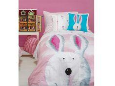 La funda nórdica infantil Pink Bunny tiene un romántico diseño consistente en una cabeza de un simpático conejo blanco sobre un fondo de cielo rosa con nubes blancas.  Es reversible y de gran calidad: percal de algodón 100%.  El fabricante es Gamanatura y la podéis encontrar en:  http://www.aqdecoracion.es/textil-hogar-8/fundas-y-sacos-nordicos-infantiles-y-juveniles-84/