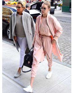 Beyaz spor ayakkabıları kombinlerken Elsa Hosk, Gigi Hadid, Kendall Jenner gibi ünlülerden ilham almaya ne dersiniz? Elsa Hosk Victoria's Secret'ın ünlü meleği Elsa Hosk, seksi kırmızı elbisesini beyaz spor ayakkabılarla kombinlemiş. Beyaz spor ayakkabılar seksi elbiseyi gündüze uyarlamak için muhteşem bir denge kuruyor. Kendall Jenner Krem rengi culotte stili pantolon, pembe crop top bluz ve …