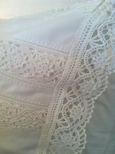 I love these crochet lace inserts and edging -- wish I had a pattern to make it Crochet Boarders, Crochet Lace Edging, Crochet Trim, Crochet Stitches, Knit Crochet, Crochet Bedspread Pattern, Crochet Patterns, Crochet Home, Irish Crochet