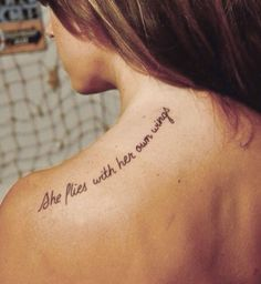 Idées de phrases pour tatouage : « She flies with her own wings »
