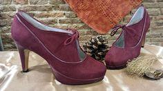 Zapatos abotinados, hechos en ante burdeos y el tacón, plataforma y los vivos en piel del mismo color.