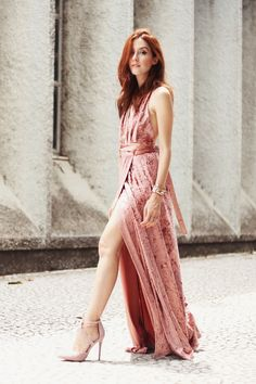Loving this velvet trend and all the great pieces with one of my favourites fabrics, like this blush velvet dress from Lulus. Glam Dresses, Blush Dresses, Halter Maxi Dresses, Dress Skirt, Pink Velvet Dress, Pink Dress, Fashion Images, Look Fashion, Velvet Bridesmaid Dresses