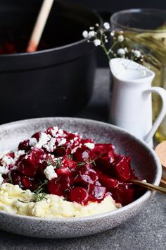 Beet bourguignon with mashed potatoes. Discover the recipe on Beaufood . Dutch Recipes, Cuban Recipes, Irish Recipes, Russian Recipes, Baking Recipes, Vegetarian Stew, Vegetarian Recipes, Appetizer Recipes, Dessert Recipes