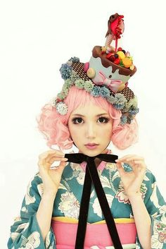 Cake hat in a kimono hime look. Would work perfect in sweet lolita coords too Harajuku Fashion, Kawaii Fashion, Lolita Fashion, Japanese Street Fashion, Asian Fashion, Look Fashion, Costume Bonbon, Filles Alternatives, Ropa Shabby Chic