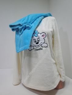 Много мека, топла и ефектна пухкава пижама в свежи цветове. Горната част е с дълги ръкави в бяло и апликация мече отпред. Долното е дълъг панталон в синьо. С тази пижама ще ви бъде топло и приятно през студените зимни нощи.