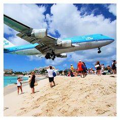 Deze landingsbaan is totaal niet saai!  Je kunt de vliegtuigen bijna aanraken als je op het strand staat! Welke landingsbaan maakte op jou de meeste indruk?  Nieuwe blog online: http://ift.tt/1kWV4v3  #foodandflipflops #sintmaarten #sintmartin #caribbean #caribischeeilanden #cariben #travel #reizen #wanderlust #airport #vliegveld #landingsbaan #instatravel #travelgram #instapassport #passionpassport #traveltheworld #discovertheworld #beentheredonethat #tipvanfoodandflipflops #travelblogger…