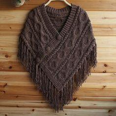 Poncho de lã feito com toda a trama do tricô.  Com tranças e franjas.  Cor Marrom  Tamanho Médio.  Produto feito a mão com lã de qualidade.  Pode ser feito em outras cores.