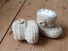 New 726 White Crochet Baby Booties Pattern Diy Crochet Patterns, Crochet Crafts, Baby Patterns, Crochet Projects, Crochet Boots, Crochet Baby Booties, Crochet Slippers, Häkelanleitung Baby, Baby Uggs