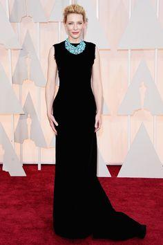 Oscars 2015:Cate Blanchett con un sencillo vestido negro de Margiela que cede todo el protagonismo a un espectacular collar de Tiffanny and Co azul turquesa.