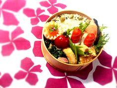 豆ご飯炊いたはいいけど、 旦那はあんまり好きじゃありません(笑)  焼鮭、竹の子のおかか煮、 春菊とほうれん草とベーコンのクレソル炒め、 ちくわinウインナー、味たまなどなど。 - 85件のもぐもぐ - 今日の旦那チャンのお弁当だよ~!豆ご飯炊きました♪(*´∇`*) by YUKIRICHI119