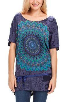 Camiseta de mujer Desigual modelo Carly. Una camiseta oversize con cuello barco y con un mandala muy chulo. Original y divertida.