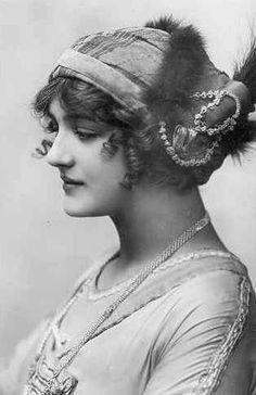 "vestatilleys: Lily Elsie in ""A Waltz Dream"". Vintage Photos Women, Vintage Pictures, Vintage Photographs, Edwardian Era, Edwardian Fashion, Vintage Fashion, Vintage Glamour, Vintage Beauty, Lilie Elsie"