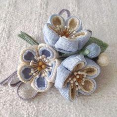 〈つまみ細工〉梅三輪とベルベットリボンの髪飾り(水色) Fabric Paper, Fabric Crafts, Baby Crafts, Diy And Crafts, Chihiro Cosplay, Brooch Corsage, Fabric Roses, Kanzashi Flowers, Ribbon Art