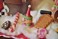 Dolcetti ed elfi segna posto natalizi, realizzati in pasta di mais.