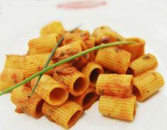 Mezze maniche all'arrabbiata con olive ed erba cipollina. #food#recipes #pasta #italy