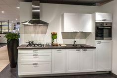 Witte keuken. Strakke materialen maken het. | DB Keukens