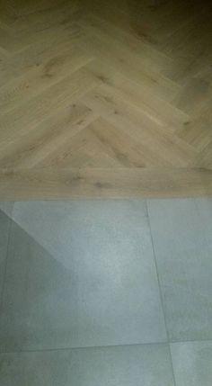 Overgang houten visgraat vloer naar tegel vloer.