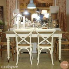 mesa comedor informal de madera que combina el roble y el blanco
