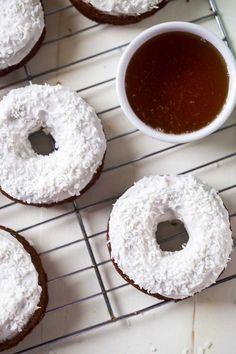 Морковно-шоколадные пончики с кокосовой глазурью