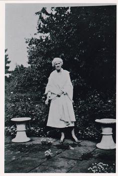 14. Η χορηγός της Οδύσειας του Νίκου Καζαντζάκη Miss Joe MacLeod, στο σπίτι της στο Stratford-upon-Avon στην Αγγλία, στο οποίο διέμενε η κόρη του Σαίξπηρ Σουζάννα. Απρίλιος 1936.