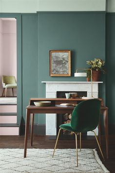 Wandgestaltung: grüne Wände Modern classic study with open fireplace and wooden secretary. Little Greene Farbe, Little Greene Paint, Peinture Little Greene, Casa Milano, Green Rooms, Green Walls, Green Living Room Walls, Green Chairs, White Walls