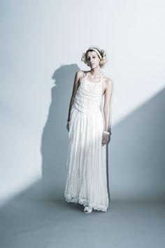 Braid dress …ブレードレースを接ぎ合わせて構成されたホルターネックのドレスは、可愛らしくも、背中を大きく開けたバックスタイルが美しいドレスです。