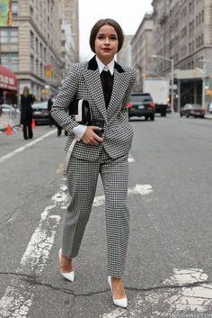 Серый пиджак, серые брюки, белые туфли