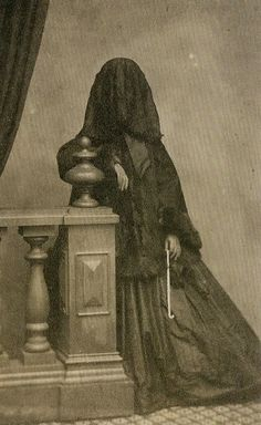 { The Seventh Cloud }: Victorian Mourning and Post-Mortem Photography Pt. Memento Mori, Victorian Women, Victorian Fashion, Victorian Era Facts, Victorian Gothic, Old Pictures, Old Photos, Bizarre Pictures, Spooky Pictures
