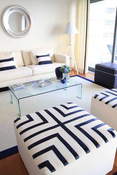 estrutura da sala - sofá, mesa de centro e pufes com pormenores/texteis iguais às almofadas do sofá