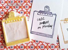 sello de goma mala Nota. material de oficina había inspirado sello de goma. sello de goma talladas a mano. ¡hacer papel hecho a mano! ¿clips de papel y papel esparcidos alrededor de su escritorio? ¡acabar con ella en un pedazo de papel o llano notas adhesivas y escribe tu mensaje dentro! TAMAÑO: Acerca de 9.5cmX7.5cm(3.5inX3in) SOBRE SELLOS DE GOMA: • bloque de goma suave gruesa • bloque color puede variar • no montada en las asas o forros • forros o agarraderas - opcionales con costo…
