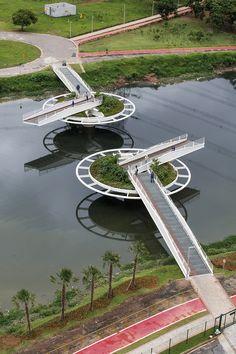 Construido por LoebCapote Arquitetura e Urbanismo  en São Paulo, Brazil con fecha 2013. Imagenes por Leonardo Finotti. La ciudad de São Paulo tiene pocos puentes para ciclistas y peatones.  Justo frente ala sede de Bayer, este puente e...
