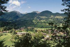 """Brannenburg - Luftkurort im Inntal. An den weich abfallenden Hängen am Fuße des 1.838 m hohen Wendelsteins, einem der schönsten Aussichtsberge Deutschlands, eingebettet in grünen Feldern, saftigen Almwiesen und majestätischen Alpengipfel schmiegt sich Brannenburg in eine idyllische Landschaft. Mit Wendelsteinzahnradbahn kann man ganz bequem den Wendelstein """"erklimmen"""". Auf dem Wendelstein locken z.B. ein GEO-Park, Wendelsteinhöhle und eine Sternwarte!"""