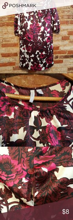 Old Navy dress Gorgeous pattern. Back seam near the neckline has ripped apart, can probably be stitched back up pretty easily (see 3rd photo). Otherwise great condition Old Navy Dresses