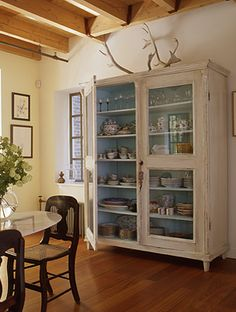for shabby china cabinet - white outside & aqua inside Style At Home, Furniture Makeover, Diy Furniture, Free Standing Cabinets, Muebles Shabby Chic, Country Dining Rooms, Wabi Sabi, Elle Decor, Room Inspiration