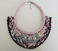 Maxicolar totally handmade!  The materials used in their manufacture have been felt as a base on which were stitched acrylic pearl beads pink and gray ...  It was also used trapilho yarn in shades of black, pink and white, black pompoms tape and cord nylon dry pink paracord ...  The clasp necklace as well as the terminals are in silver metal!