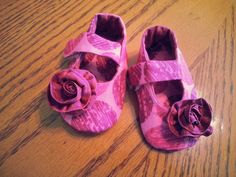 Pink baby booties by Cuddlythreads on Etsy