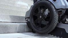 Gracias a un inteligente sistema de seguimiento y a ciertos elevadores, esta silla de ruedas es capaz de subir escaleras manteniendo la estabilidad. #discapacidad #oruga #escaleras #silladeruedas #ruedas #mecanismo #elevadores http://www.pandabuzz.com/es/scienceporn-del-dia/silla-ruedas-subir-escaleras