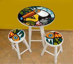 Base: Mosaico de azulejos cerâmicos Pés: em madeira pintada ou envernizada  Medida da mesa: 0,74 cm de altura x 0,60 de diâmetro Medida do Banco: 0,49 cm de altura e 0,27 de diâmetro R$390,00