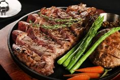 Are you a beginner to cooking and don't know how to proceed with it? Here are some of the best home cooking tips that you can keep in mind before you begin. Whole Food Recipes, Dinner Recipes, Smoker Recipes, Meat Recipes, Gourmet Recipes, Meat Delivery, Pork Bacon, Best Steak, Fresh Meat