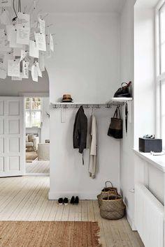 Flur-Design-Ideen mit Holzboden Hallway design ideas with wooden floor. Decoration Inspiration, Interior Inspiration, Retro Home Decor, Cheap Home Decor, Entry Hallway, Foyer, Entryway Decor, Flur Design, Decoration Entree