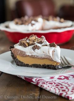 That delicious No-Bake Peanut Butter Cup Pie from Dinners, dishes and desserts is a simple no-bake pie that& like a giant homemade peanut butter . ,No Bake Peanut butter cup pie from dinner, crockery and desserts, Peanut Butter Desserts, No Bake Desserts, Easy Desserts, Delicious Desserts, Dessert Recipes, Yummy Food, Gourmet Desserts, Health Desserts, Chocolate Chip Pie