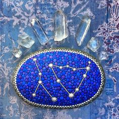 Elspeth McLean, une artiste tout simplement hors norme ! Son talent ? Créer des peintures très colorées dans le style mandala (voir photos ci-dessous) sur des pierres parfaitement rondes et issu...