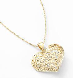 Selecto dije en forma de corazón como filigrana con figuras de flor con 4 baños de oro de 18 kt. Modelo 415283.