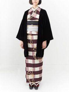 チェック柄の着物に縞の帯を合わせて小粋に。ベルベッドの羽織が温かく、着こなしをぐっと締めてくれています。