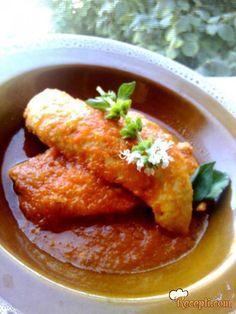 Recept za Piletina u crvenom sosu. Za spremanje ovog jela neophodno je pripremiti pileće grudi, paradajz, papriku, luk, so, biber, majoran, bosiljak, brašno.