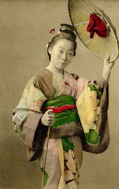 """""""A Tokyo Geisha wearing a Tsubo-shozoku (travelling outfit) consisting of a Kosode (short-sleeved kimono) decorated with large patterns of the """"Hitta-kanoko-shibori"""" variety, typical of the Genroku period and holding an Ichime-gasa (city. Japanese Kimono, Japanese Art, Japanese Female, Japanese History, Portrait Pictures, Portraits, Vintage Photographs, Vintage Photos, Old Pictures"""