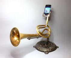 Amplificador feito com instrumentos musicais velhos funciona sem energia elétrica!!!  (A mão humana tem um poder de transformar tão grande!  Por que a gente insiste em usar este poder para destruir ao invés de criar, né?)