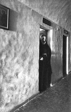 Padre Pio all'ingresso della sua cella