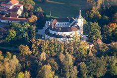 Vyhlídkový let ORLICKÁ PŘEHRADA Famous Places, Mists, Let It Be, Mansions, House Styles, Decor, Decoration, Manor Houses, Villas