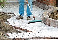 Ein schön angelegter Gartenweg ist kein Hexenwerk. Unsere Schritt-für-Schritt-Anleitung macht das Anlegen kinderleicht. So geht's.